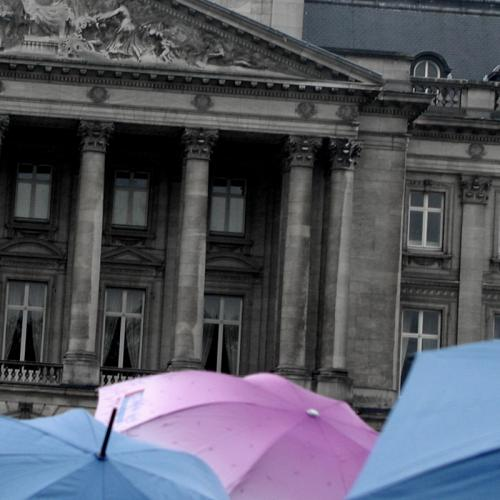 Foto:   Umbrellas and pillars