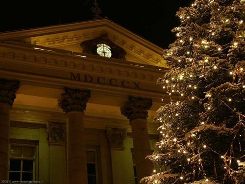 wallpaper: Stadhuis met Kerstmis, HersenSpinsels
